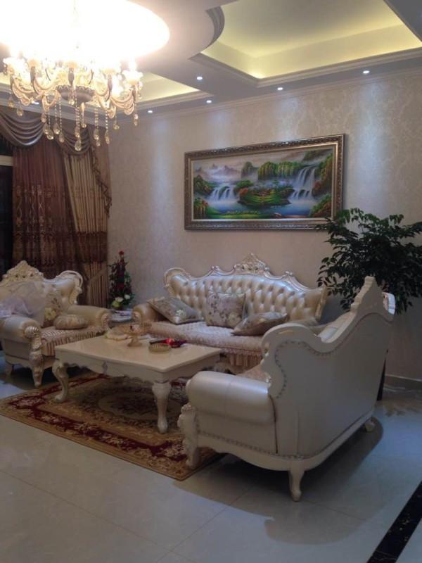 客厅里的衣服油画,是我们主人自己画的哦,看起来不错吧。