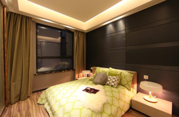 卧室是幸福居室的小情歌。对比鲜明的跳色演出,为空间揉入一份北欧浪漫绮想。夜晚,一盏温馨的灯光能让彼此放松,在朦胧的视线里,一切都变得更加美好
