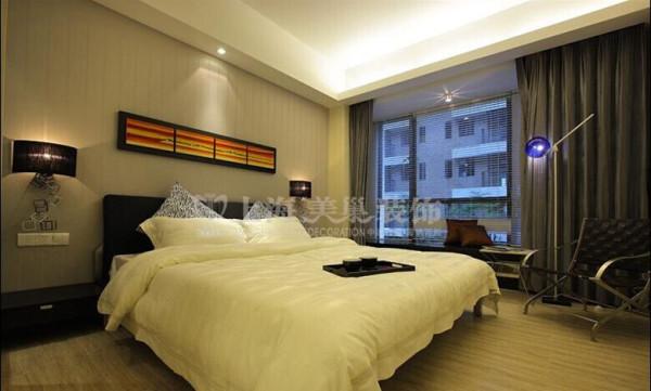 瀚宇天悦89平卧室装修效果图---以实用为主,满足居住各个功能,背景墙选用花纹墙纸,更使空间温馨而细腻。