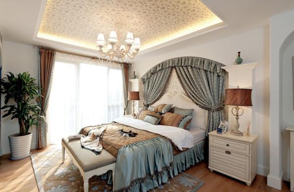 卧室,主要设计在吊顶上,当然,床头的挂帘也是别具风格