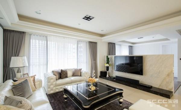 客厅设计: 以天然大理石作为短墙,在视线上连结了客厅与游戏房,打造宽敞且明亮的公共空间