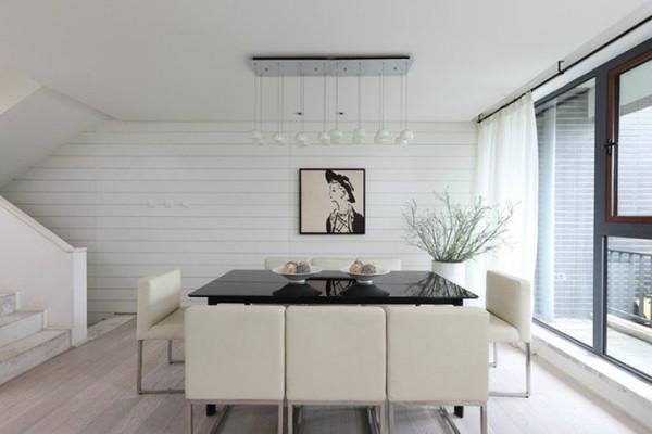 餐厅是混搭的风格来更新经典的黑白搭配。简单的黑色长桌增加了角落的深度,艺术感的装饰画让本来容易被忽视的角落反而成为了居室里的亮点。