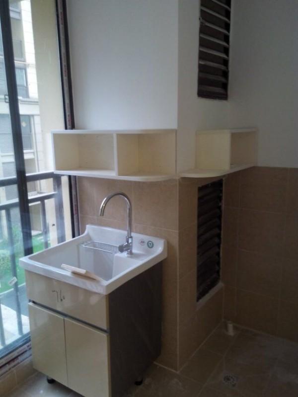 阳台上有一个浴室柜,这样早上起来不用那么着急抢着洗涑了