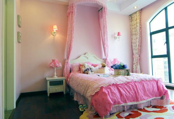 粉红色的卧室设计,一种活波可爱的感觉。