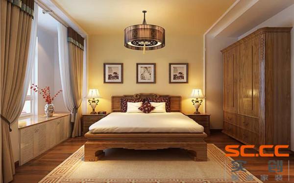客厅改造成了一个宽敞明亮的主卧,供男女主人使用,实现了客厅变主卧的完美变身。卧室和过廊餐厅之间设有流线造型的实木雕花窗户,该窗户不仅增加了过廊和餐厅的采光,
