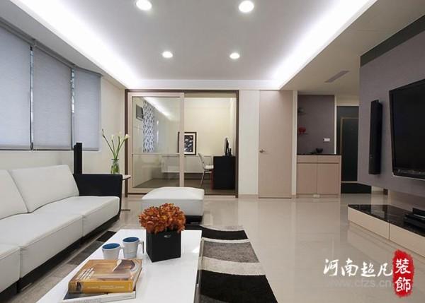 考量生活习惯,在客厅右侧以水晶板打造大型收纳柜,让各空间都有邻近的收纳区。