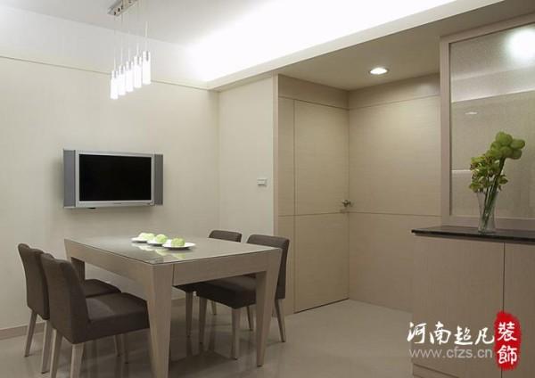 通往私人空间与卫浴的门片,细心地以壁板修饰,呈现简约大方的表情。