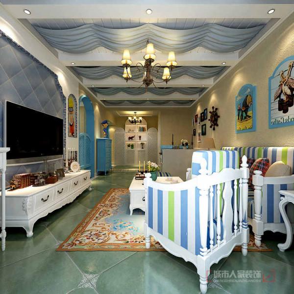 客厅及餐厅的吊顶用水曲柳饰面板做成条形拉槽•附上假梁挂上蓝色的波浪形涤纶布,营造出地中海浪漫的氛围。