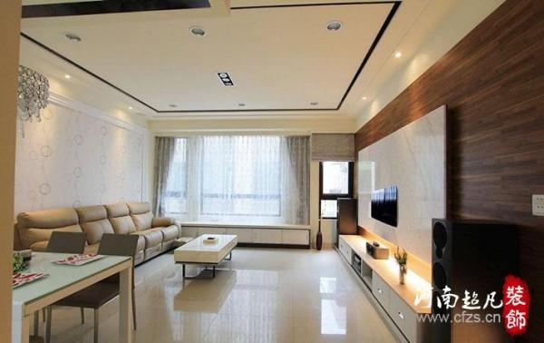客厅空间部分设计以黑色亮面美耐板滚边,线条框定之间呈现公领域气势。
