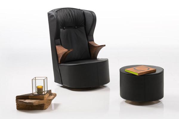 这个圆凳不仅能用作另外一个座位还能当做一个临时的桌子使用。
