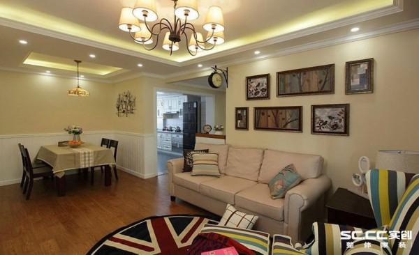 客厅设计: 简约空间,注重的是空间的利用和空间的舒适,简约却不能简单,客厅利用带有地毯等软装饰的高纯度色彩大量运用,大胆而灵活,不单是对简约风格的遵循,也是个性的展示。