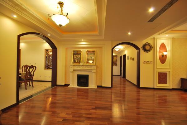 整套案例主要体现在家具配饰与墙地面材质的融合