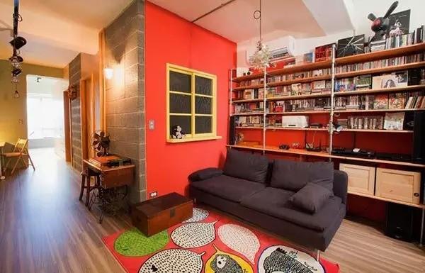 设计师巧妙的利用沙发背后的墙面空间来作了大面积储物架,不仅能够在存放下大量CD,还能摆放许多装饰小物件,起到收纳增容的效果。