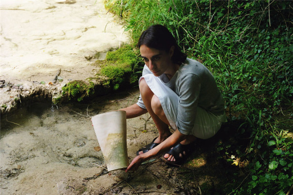 利用苔藓类有机植物在定制的潮湿环境中加以培养,让它天然附着在花瓶上,由此产生了意想不到的装饰效果。