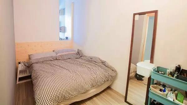 卧室采用的是简单的布局,一张双人床,一面墙镜和一个置物架,带给人舒适放松的感觉。