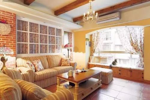 木质的飘窗兼收纳,加上柔软的坐垫