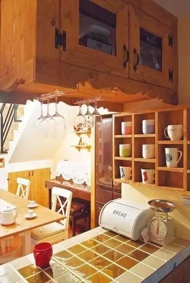 开放式厨房以一段地柜间隔,兼具吧台功能