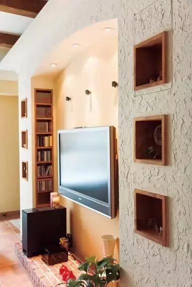电视背景造型嵌入了不少收纳功能
