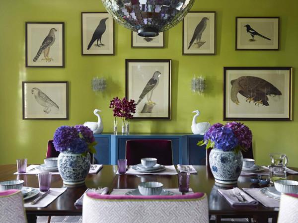 绿叶看似轻描淡写却有着一丝不苟的清晰脉络,在最简单的玻璃花器中释放最自然的生气,只为衬托满目的绣球玲珑。彩色花团与墨绿枝叶、花瓶的反光与背景的恬淡,形成极为错落有致的色调对比。