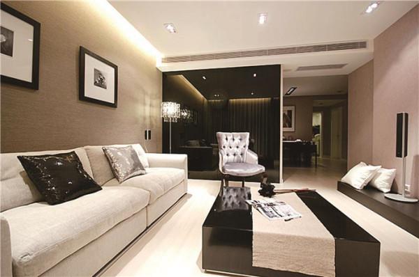 留有必定的面积摆放卧室家私,如衣柜、床头柜、电视柜,还留有必定空间能够休闲活动。