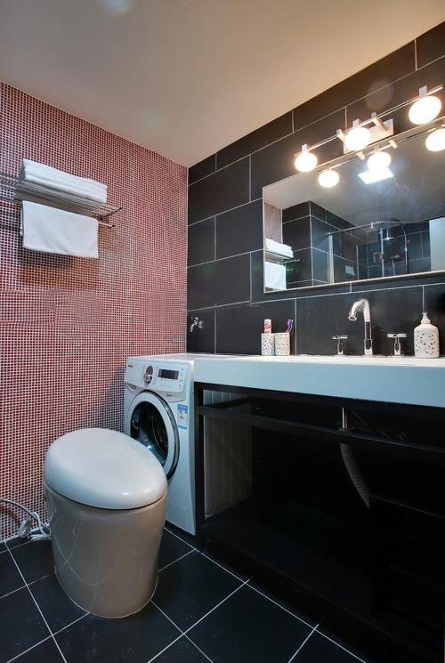 主卫生间是业主要求较高的地方,由于空间足够,所以要在瓷砖选择,瓷砖搭配上有点特色