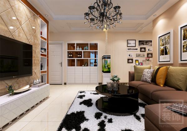 转身看87平方的客厅全景装修效果,酒柜+鱼缸,储物和生活都满足了,要的不多,舒服就行。