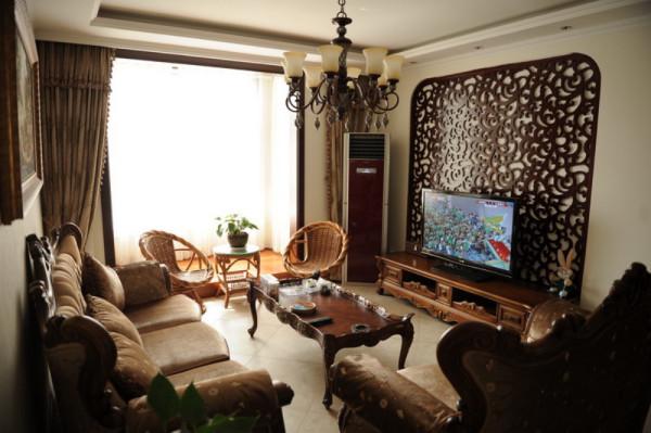 使空间的装饰性和适用性更合理。结合业主的家居风格,通过局部拱形造型营造奢华法式的装饰风格。顶部造型吊顶,以及地面地板和地砖分区将空间合理划分,结合局部艺术壁纸装饰,装扮法式风格的奢华和典雅