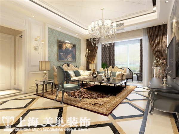 昌建誉峰170平4室2厅简欧风格客厅装修效果图:客厅沙发使用欧式沙发的款式,墙面使用大面积壁纸,护墙板将空间整体的舒适、大气,简欧的氛围展示出来