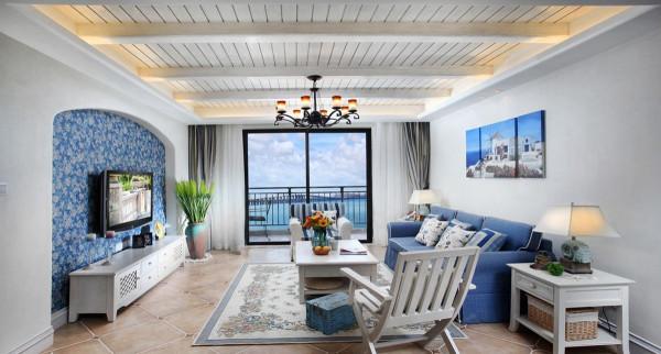 """蓝与白是主打的色彩。它不是简单的""""蓝白布艺+地中海饰品+自然质感的家具""""等元素的堆砌,而要真正领悟和感受地中海风格的神韵才行"""