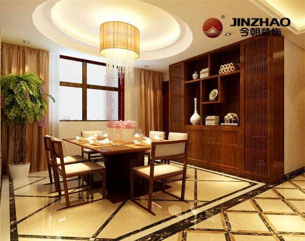 线条简洁,格调高雅,沉稳拼花地面凸显白色餐椅,与实木餐桌交相辉映,美观实用,侧墙放置深色实木柜形成视觉上的冲击。