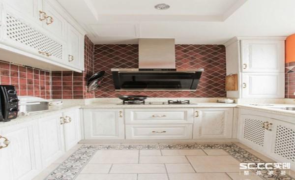 同时需要有一个便餐台在厨房的一隅,还要具备功能强大又简单耐用的厨具设备,如水槽下的残渣粉碎机,烤箱等。需要有容纳双开门冰箱的宽敞位置和足够的操作台面。