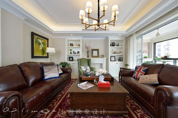 客厅部分,窗帘是米色的,墙体也是米色乳胶漆,如此搭配只为突出深棕色的家具组合形成视觉中心。