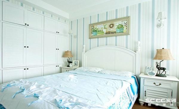 卧室设计: 美式家居的卧室布置较为温馨,作为主人的私密空间,主要以功能性和实用舒适为考虑的重点,多用温馨柔软的成套布艺来装点,同时在软装和用色上非常统一。