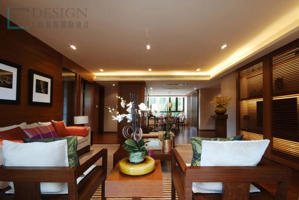 客厅的中间小装饰品突显东南亚异域的风格,海岛风情更多在家具上展示。