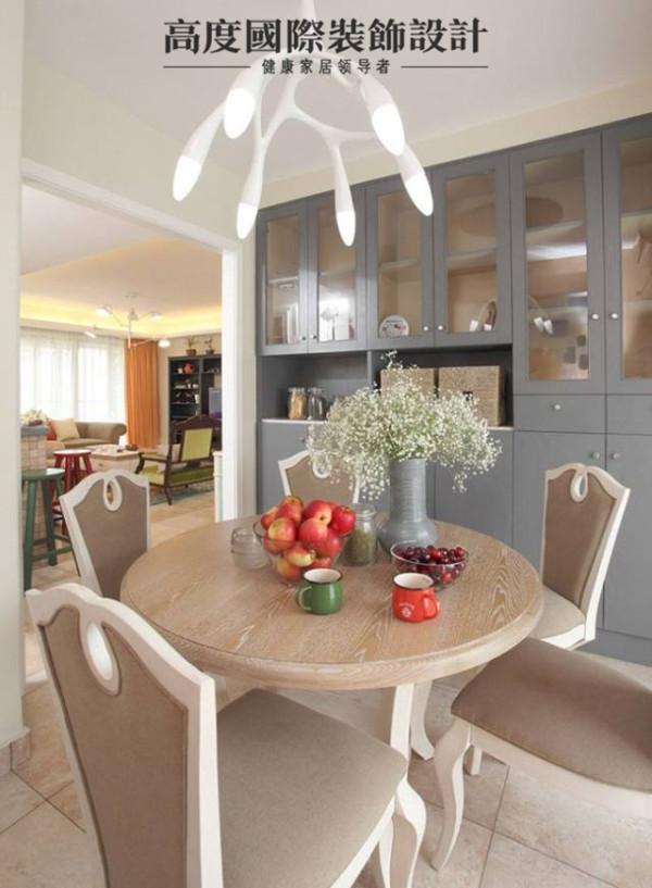 欧式风格的餐桌位于客厅对面,餐桌上同样摆上了最爱的满天星,靠墙做了一排展示柜,可以放置很多东西。上方的灯也是购于宜家,不开灯的时候有种地中海的感觉。