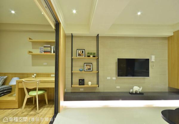 浅米色壁砖对比深色石材机柜,旁边另配置铁件造型层架平衡画面比例。