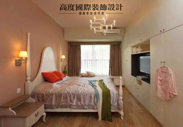 主卧。主卧家具以白色为主,床头背景墙刷了暗粉色的墙漆,床尾做了一整排的衣柜,电视巧妙地嵌在里面,与衣柜合二为一,简洁大方实用。