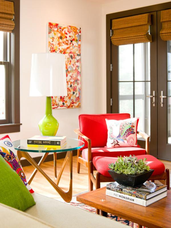 你可以把电影里的灵感直接运用过来,冷色调的翠绿造成视觉上的后退感,令空间扩大而富有层次,鲜红色沙发像两朵盛放的玫瑰,热烈而醒目,整个空间在这两种色彩的碰撞下极富活力。