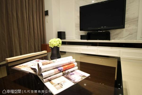 纹理细致光滑的银狐大理石电视墙,妆点出客厅的主场域气势。