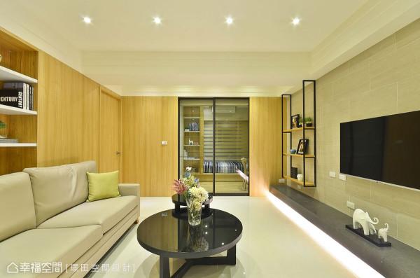 引入来自小孩房的敞亮日光,并在电视机会下方内嵌照明光带,明亮无对外窗的客厅。
