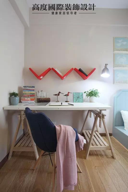 特别喜欢这个桌子,很有设计感的原木书桌,还有复古的味道在里面。W型置物架,牛仔布伊姆斯椅,清新雅致又富有设计感的儿童房。