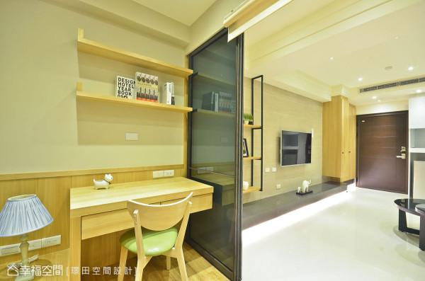 蔡忠南设计师在门轨处预留活动卷帘空间,方便弹性变化空间使用情境。