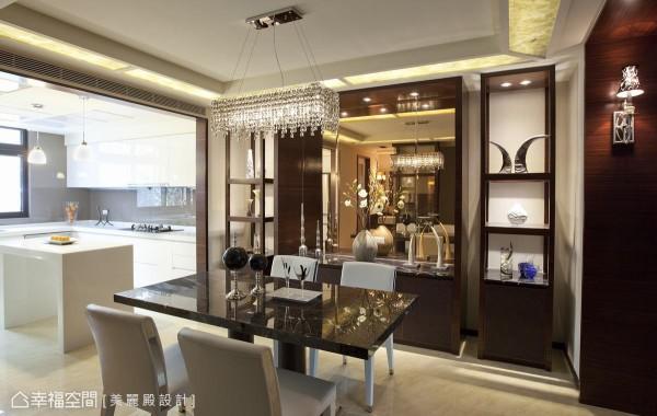 延伸客餐厅的地面,厨房则以白色为基底,搭配悬挂式吊灯,营造简单高雅氛围。