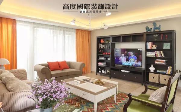 绚丽多彩的客厅,美式田园沙发配波纹彩色地毯,色彩搭配得恰到好处啊。还有强大收纳功能的电视背景墙,既可以陈列装饰品,也可当书架。
