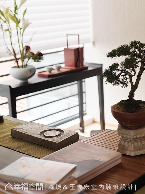 办公桌旁的窗前另安排置放提盒与茶的桌案,形塑层次井然的场域景深。