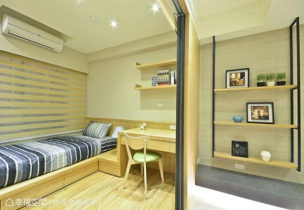 璟田设计在以机能为主的小孩房中,一体成形规划书桌与床组,并透过地板材质的转换增添温润质感。