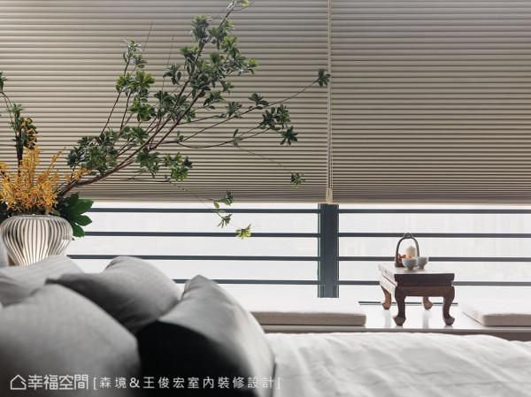卧床旁规划赏景卧榻,小巧玲珑的桌案设计,画龙点睛出空间亮点。