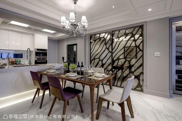 搭配简约温润的木质餐桌,藉由白色与紫色椅垫的跳色变化,缤纷用餐时的心情。
