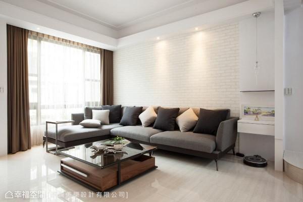 沙发背墙点缀进口文化石壁纸,于明亮纯净的白色空间中,增添一股令人放松的休闲气息。
