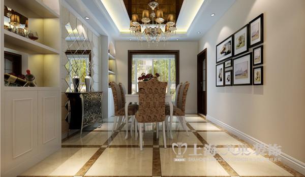 锦艺国际轻纺城简欧风格装修效果图--餐厅,沙发以定制酒柜与镜子的结合来衬托出餐厅整体的效果。